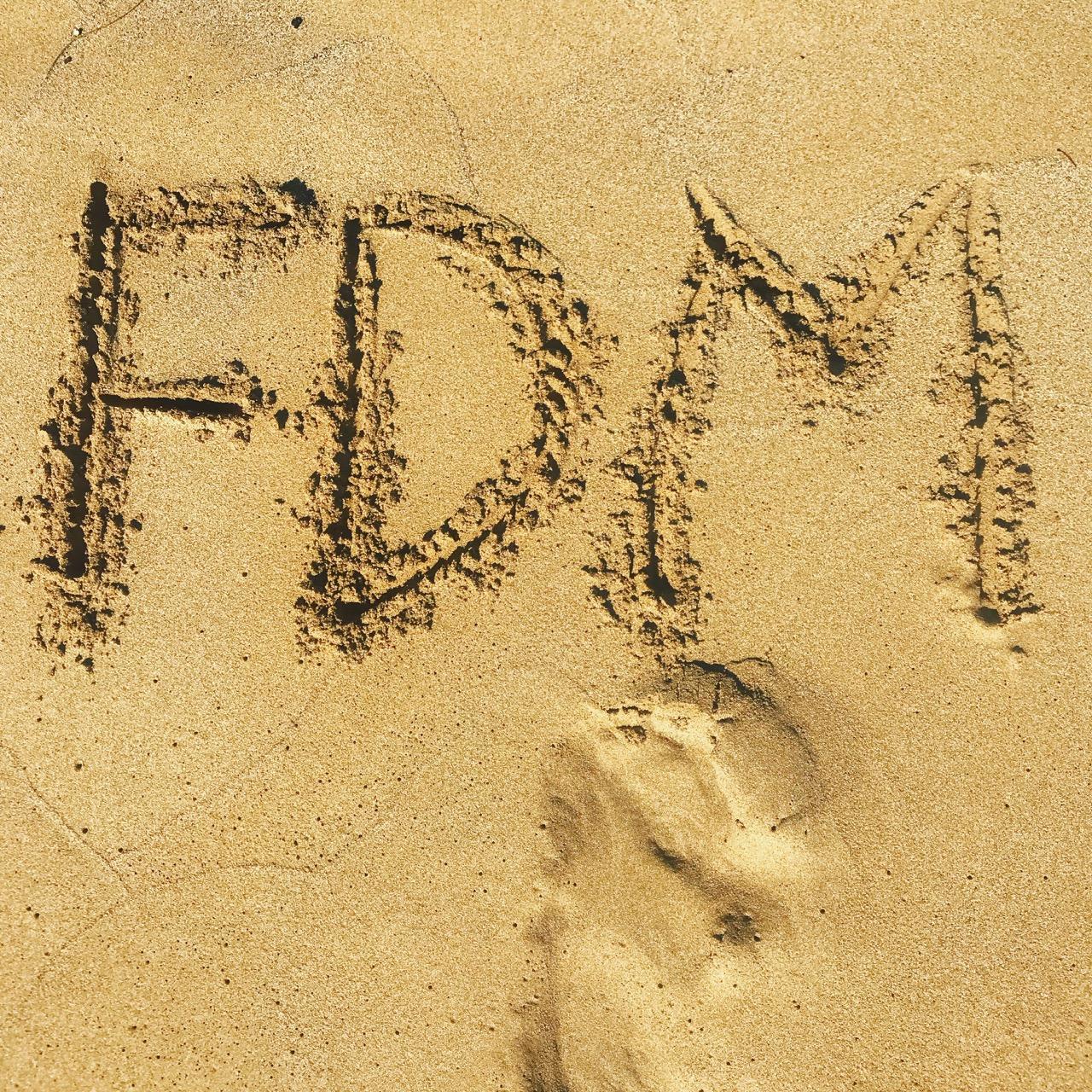 FDM_Schriftzug im Sand